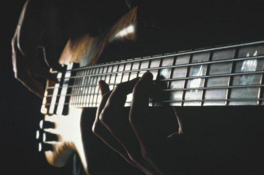 как научиться играть на бас гитаре